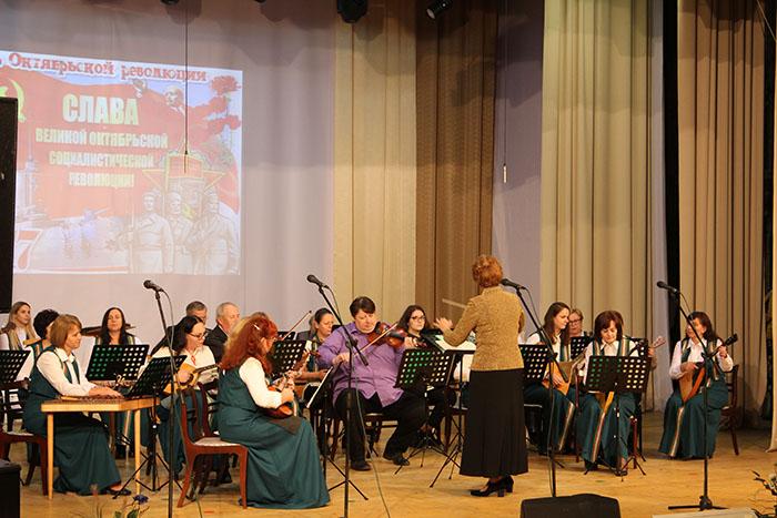 В Мостовском РЦК состоялись торжественное собрание и концерт, посвящённые Дню Октябрьской революции