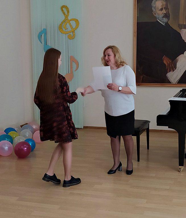 Выпускникам Мостовской ДШИ вручены свидетельства об окончании школы искусств