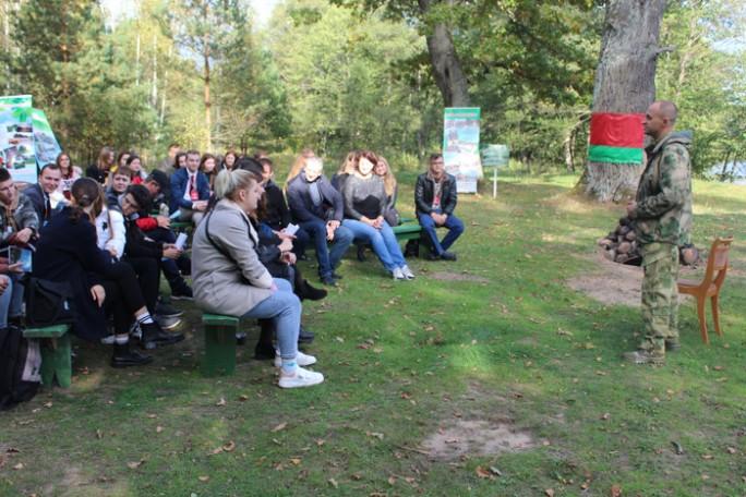 Красота Липичанской пущи, песни под гитару и открытый диалог. Как прошла встреча руководства Мостовского района с молодыми специалистами